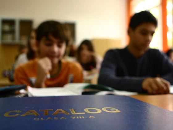 Abandonul şcolar timpuriu: Lipsa transportului, principala cauză a unei probleme majore în învăţământul românesc