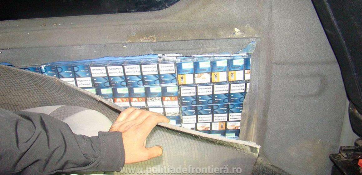 A dosit țigări de contrabandă într-un perete lateral al unui microbuz