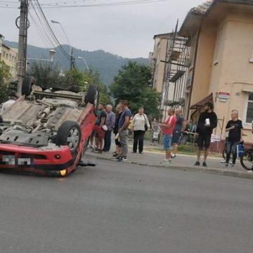 ACTUALIZARE   VIDEO   Accident cu două mașini în intersecție, una a ajuns cu roțile în sus