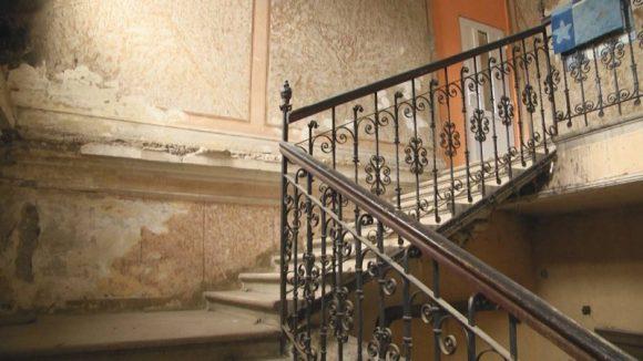 REPORTAJUL ZILEI: Clădiri odinioară locuite de oameni din pătura intelectualității locale zac azi în umbra trecutului, măcinate de trecerea timpului