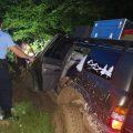 Turiști recuperați de salvatorii montani după ce li s-a împotmolit mașina într-o zonă forestieră