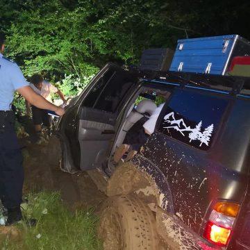 VIDEO   Turiști recuperați de salvatorii montani după ce li s-a împotmolit mașina într-o zonă forestieră