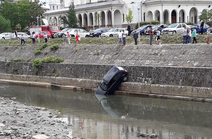Cu mașina-n râu