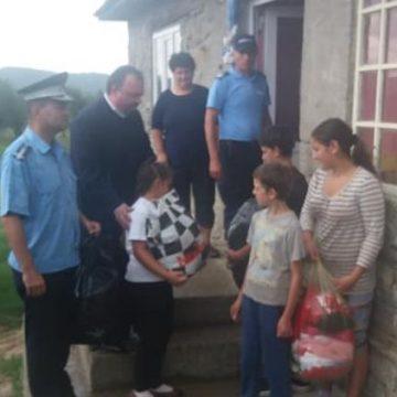 VIDEO | Jandarmii, în sprijinul unei familii necăjite, cu 13 copii
