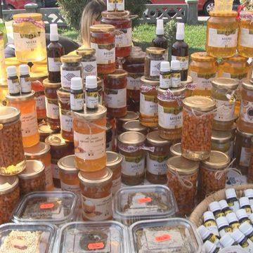 Bunătăți la Târgul de miere, care s-a deschis azi la Sighet