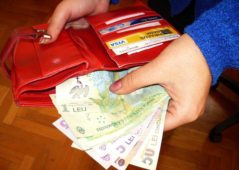 Jos pălăria! A găsit un portofel plin cu bani și l-a dus la poliție