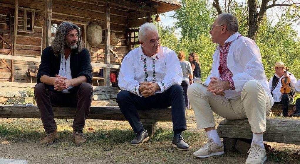 """Cu """"danţ la şură"""", dascălul universitar Vasile Bîrle a lansat o carte"""