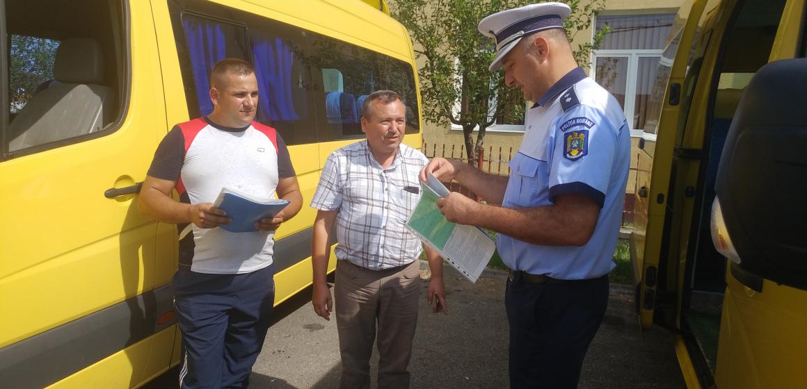 Polițiștii îi instruiesc pe șoferii mașinilor destinate transportului de elevi