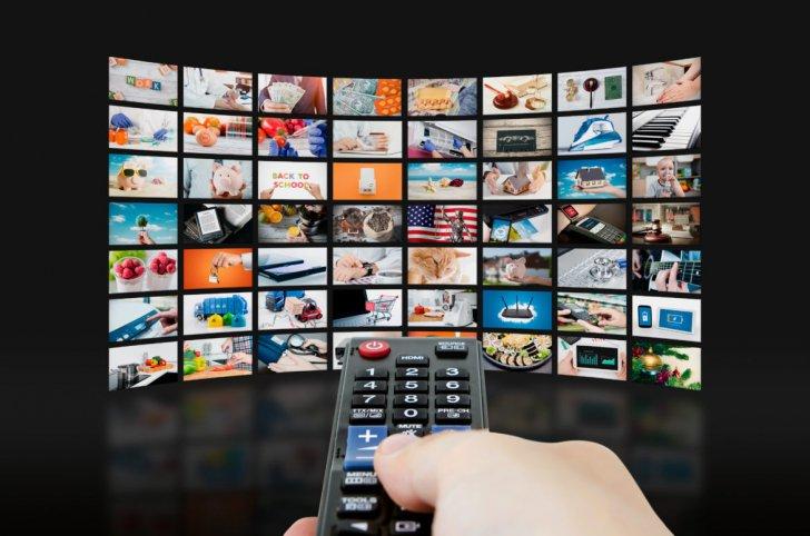 STUDIU: Cât timp își petrec românii în fața televizorului