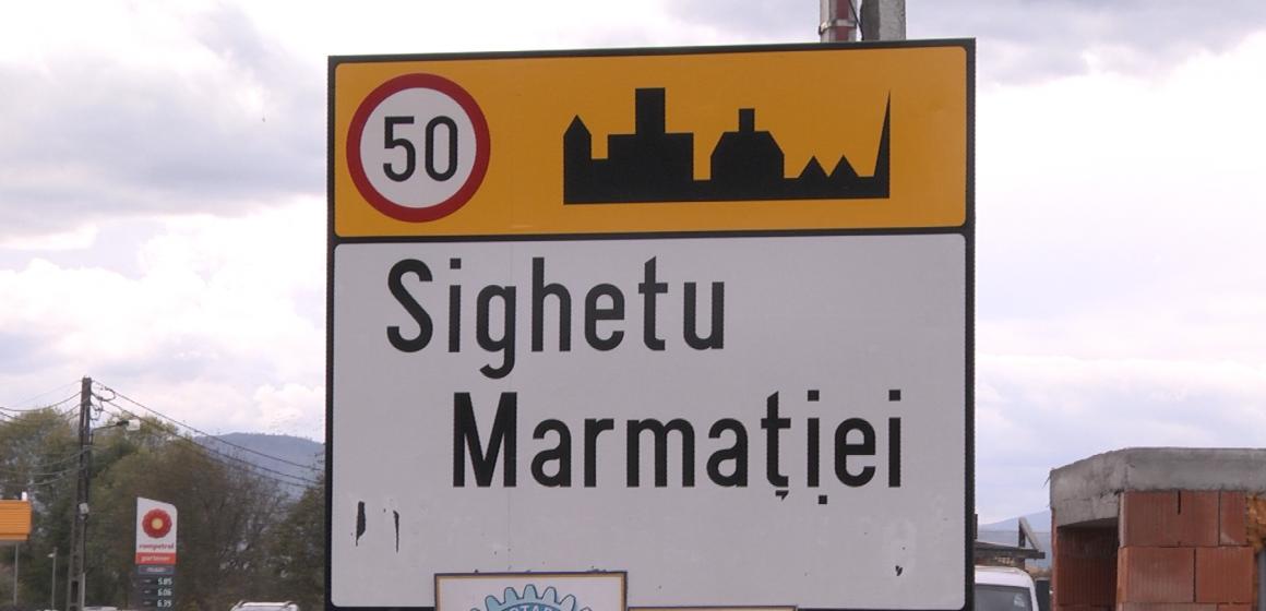 VIDEO | Indicatoarele în limba maghiară de la intrarea în Sighet au fost vandalizate