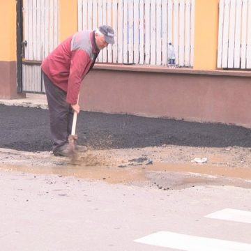 FOTO | Lucru de mântuială efectuat de angajații Urbana. Asfalt turnat peste bălțile  adunate pe marginea trotuarelor