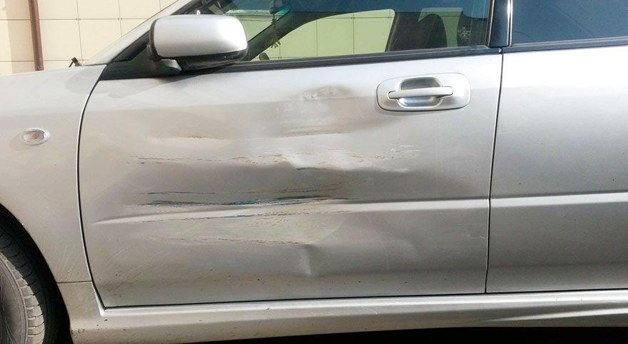 S-a îmbătat și, de nervi, a distrus portierele unei mașini