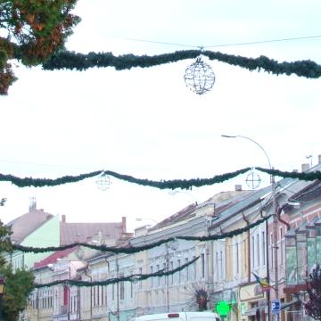 Pregătiri de sărbători – primele ornamente au fost montate