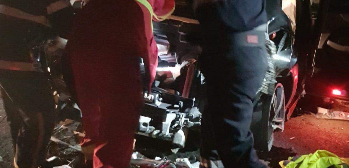 Au ajuns la spital după ce mașina în care se aflau a lovit podețe și un gard
