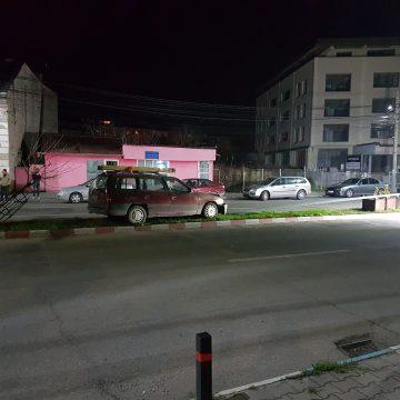Beat la volan, s-a ciocnit de un stâlp electric în Centrul Civic al Sighetului