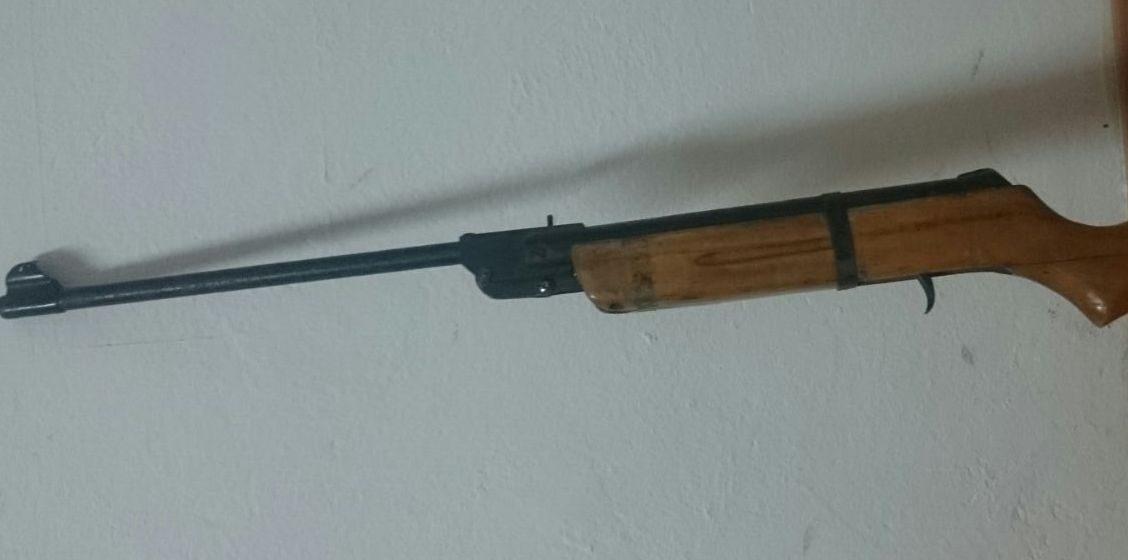 Borșean cercetat după ce a postat pe internet imagini cu o armă pentru care nu are autorizație