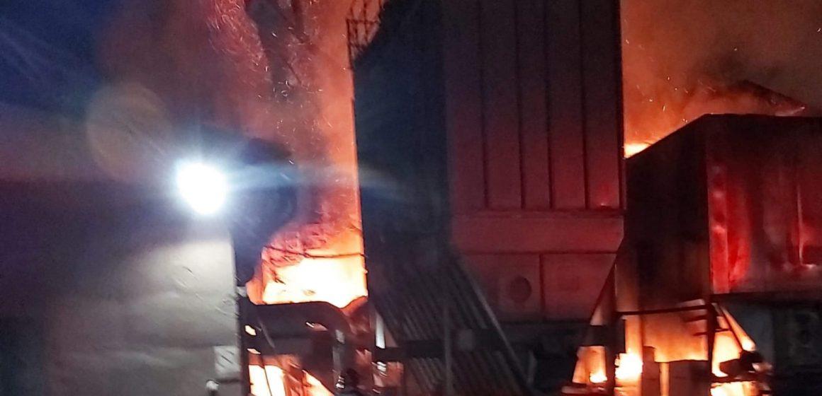 Un incendiu puternic a izbucnit azi noapte la o firmă de prelucrare a lemnului din Târgu Lăpuș
