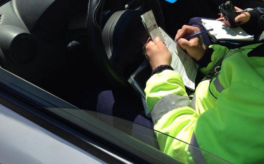 Doi tineri, care conduceau fără a deţine permise, depistaţi de poliţişti şi cercetaţi în cadrul dosarelor penale întocmite