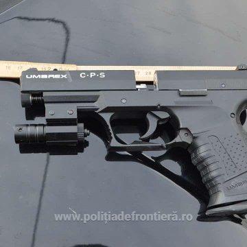 Tânăr prins cu un pistol pe care îl deținea ilegal