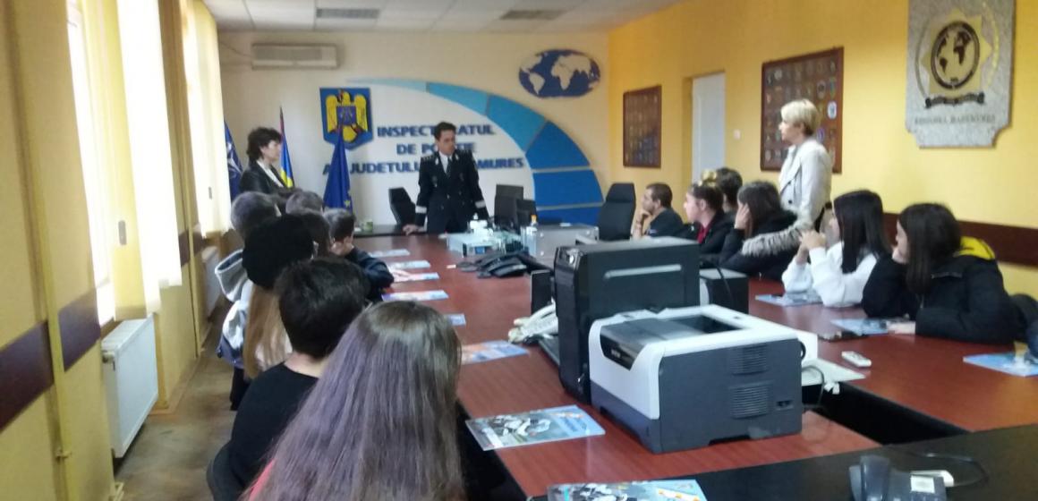 Zeci de elevi maramureșeni au fost curioși să afle tainele meseriei de polițist în campania Ziua Ștafetei