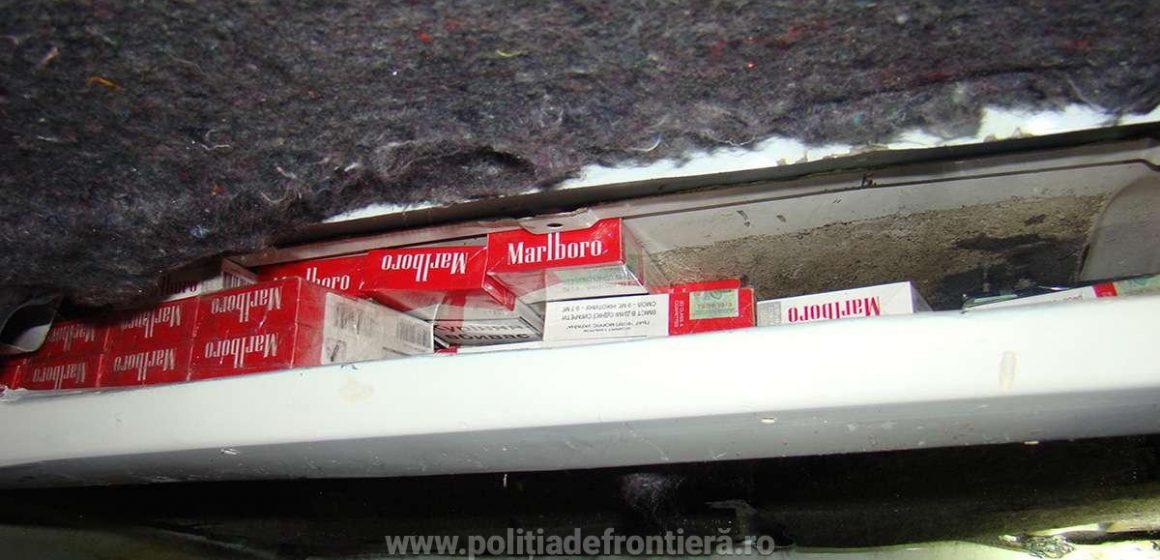 Țigări de contrabandă găsite în tavanul unui microbuz