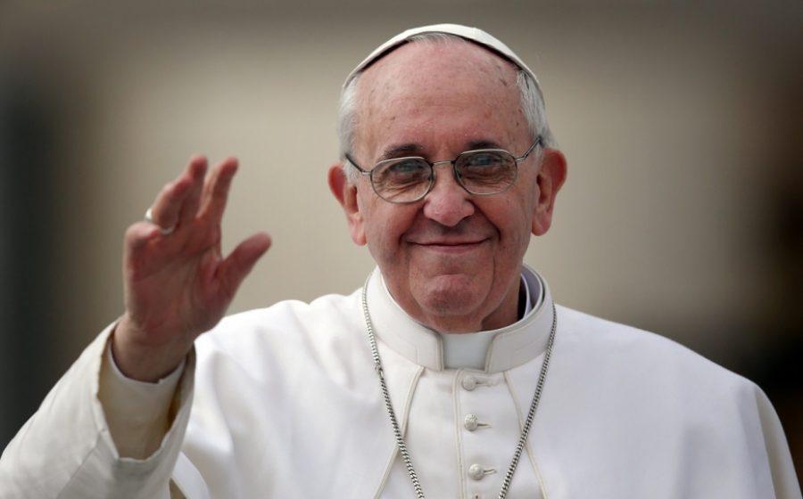 Papa Francisc a îndemnat credincioșii să renunţe la utilizarea telefoanelor în timpul mesei şi să vorbească unii cu ceilalţi