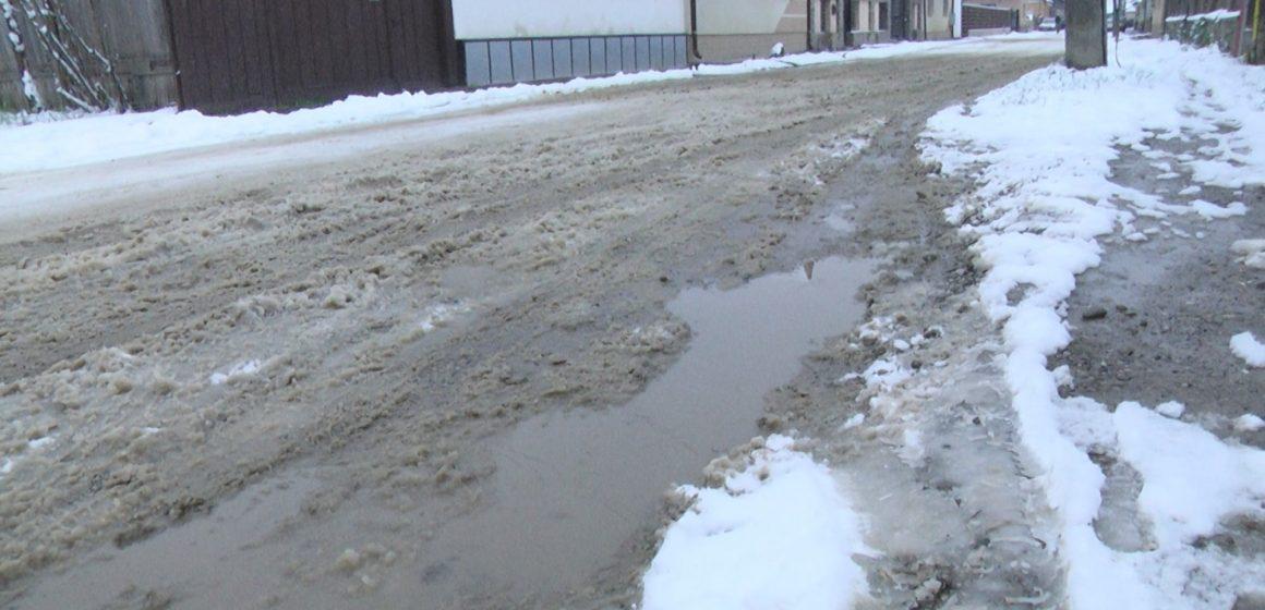 VIDEO | Angajații Urbana au ieșit în teren cu rezervele de materiale antiderapante