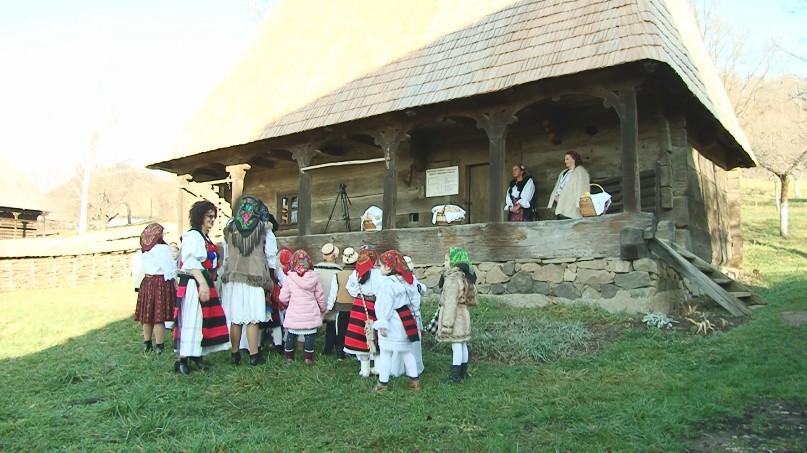 Mai mulți copii au colindat pe ulițele Muzeului Satului din Baia Mare