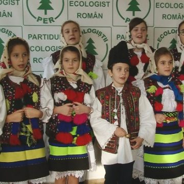 FOTO | Membrii PER Maramureș au primit colindul unui grup de copii din Dragomirești