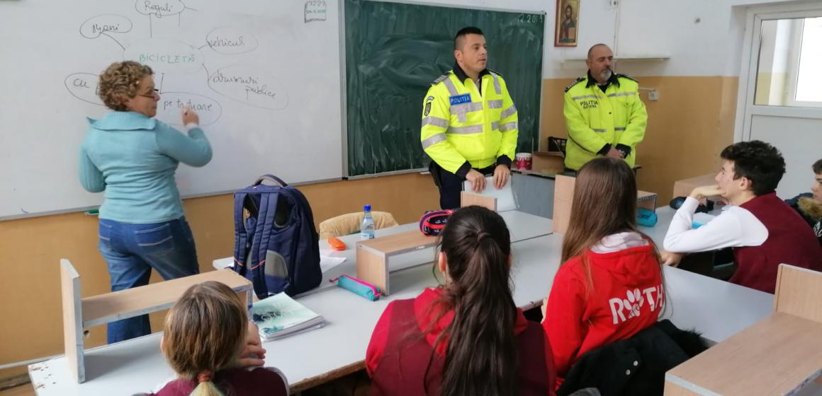 VIDEO   Copii la discuții cu polițiștii
