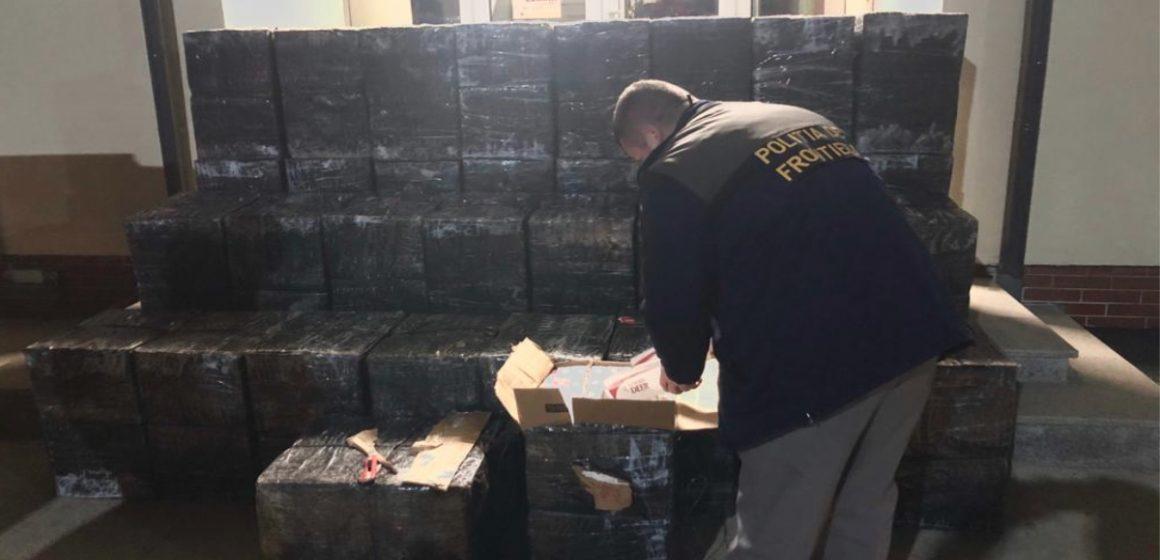 Peste 25.000 de pachete cu țigări de contrabandă găsite într-un beci. Proprietarul casei zice că habar n-avea de ele