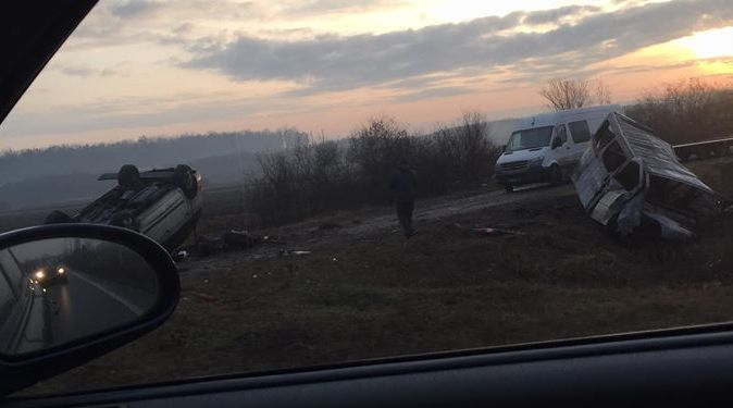 VIDEO | Tânăr rănit și o mașină în flăcări după un accident petrecut în Satulung