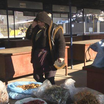Micii producători locali îndură frigul pentru a face un ban în plus