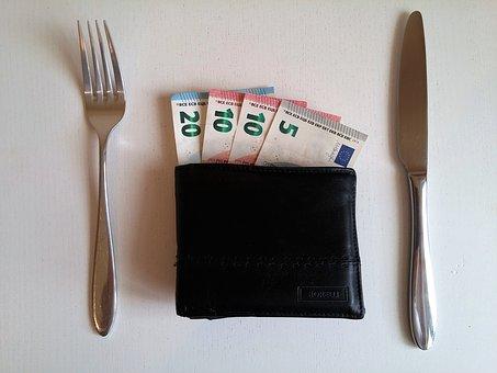 Românii, ultimii la buget alocat mâncării de tip catering