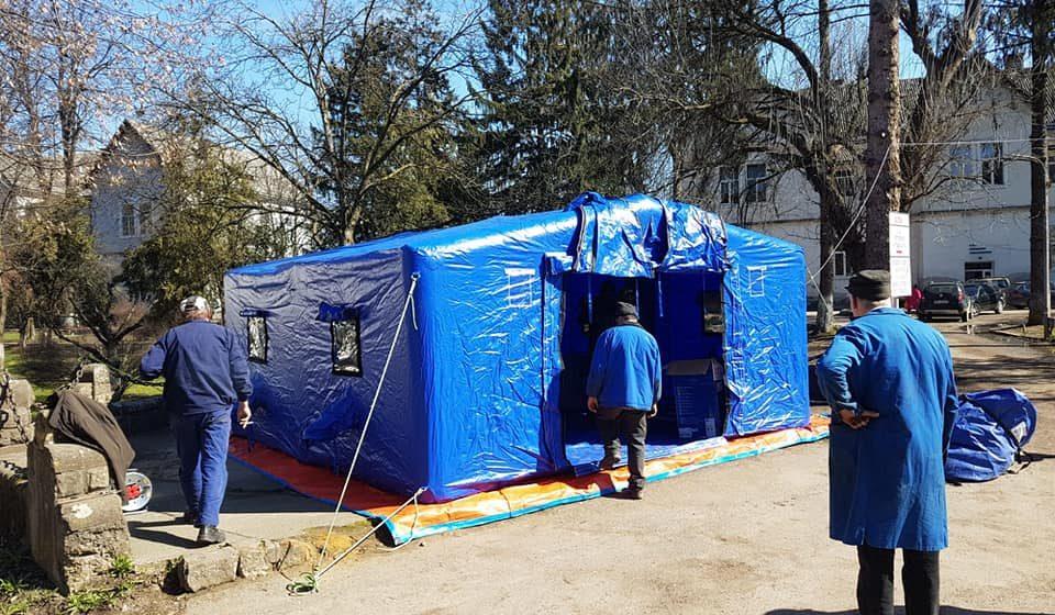 VIDEO | Două corturi de triaj epidemiologic, montate în incinta Spitalului Sighet