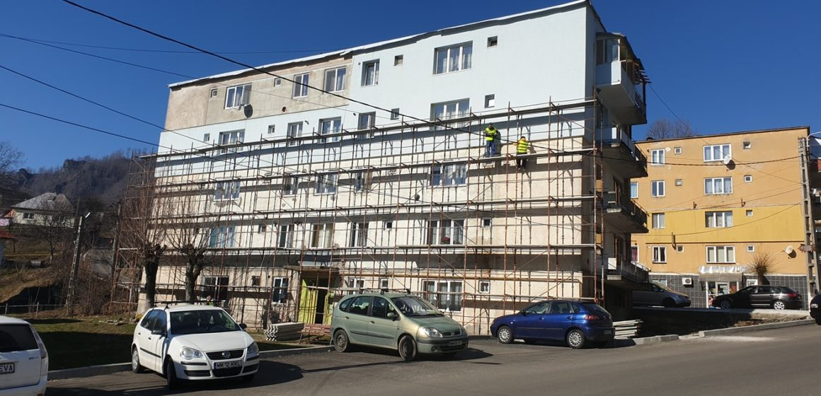 VIDEO   Continuă reabilitarea blocurilor în Cavnic