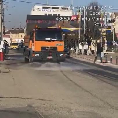 VIDEO | Acțiuni de igienizare a străzilor din Sighet cu apă și clor