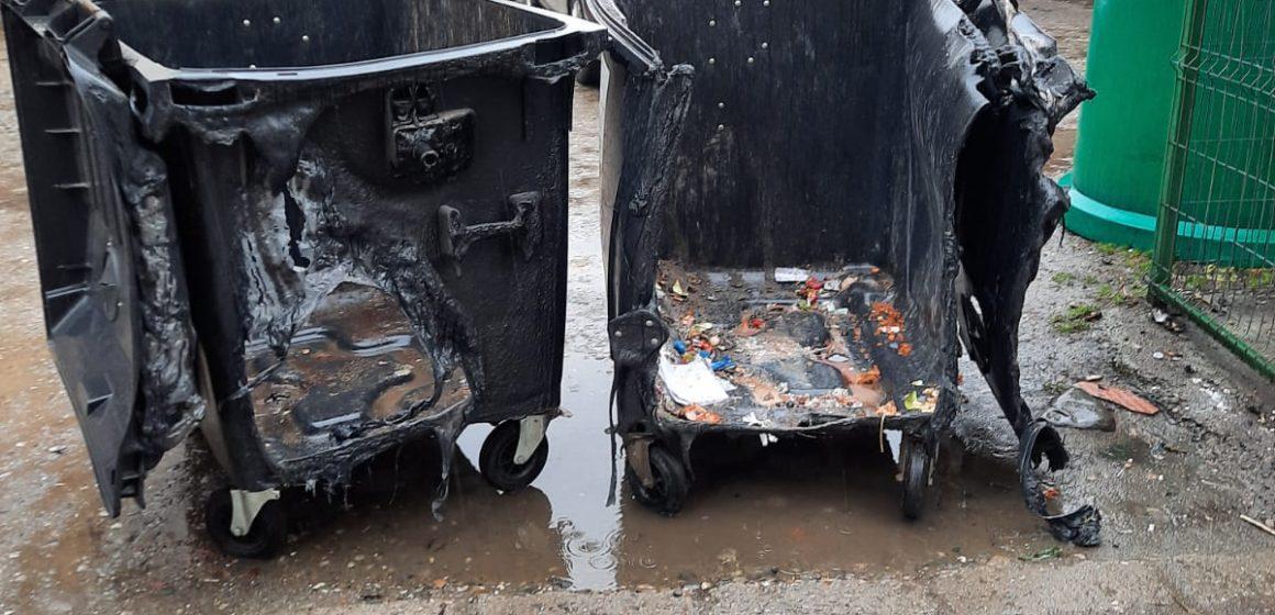 VIDEO   Mai multe pubele de gunoi au fost incendiate în cartierul Independenței