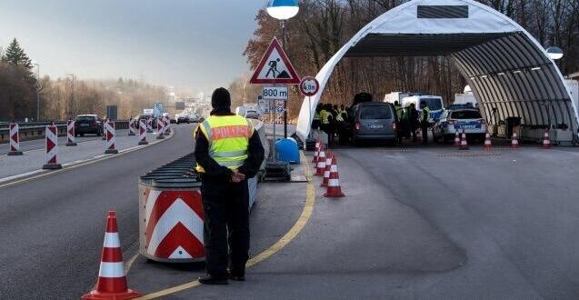 VIDEO | Miide români, printre care copii și femei însărcinate,blocați la granița dintre Austria și Ungaria