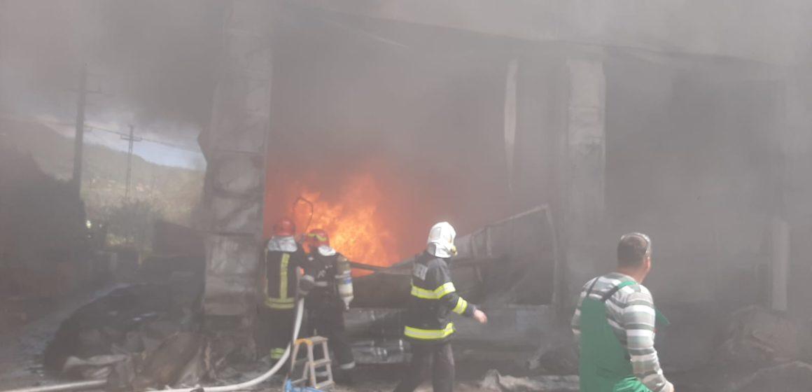 VIDEO | Depozit cuprins de flăcări în Baia Mare