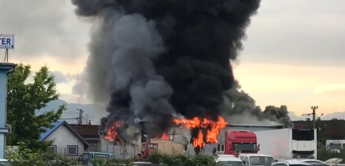 VIDEO | Hală cuprinsă de flăcări