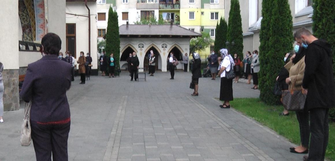 VIDEO | În curtea bisericii, de sărbătoarea sfinților Constantin și Elena