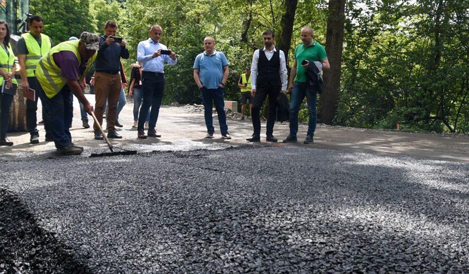 VIDEO | Primul kilometru de asfalt s-a turnat peDJ186, în Bârsana, în proiectul de reabilitare a Drumului Județean pe Valea Izei