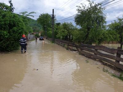 FOTO: Șuvoaiele de apă au inundat mai multe drumuri și gospodării din zona Sighetului