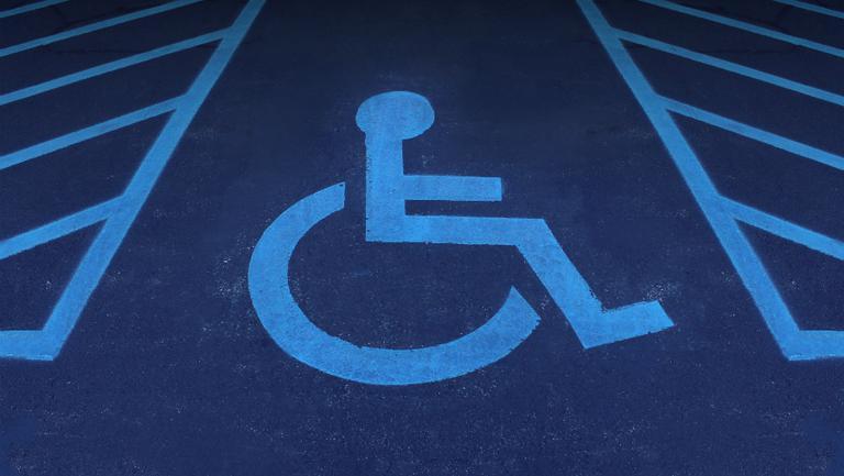 Parchezi pe locurile rezervate persoanelor cu handicap? De sâmbătă riști o amendă de 10.000 de lei