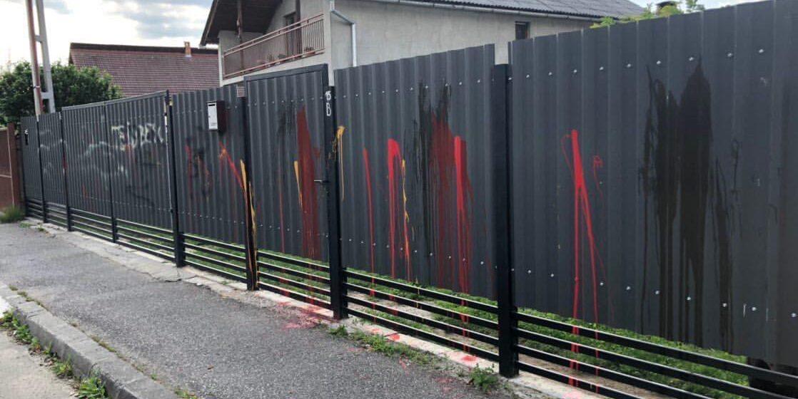 VIDEO | S-a ales cu gardul vandalizat după ce le-a cerut vecinilor să dea muzica mai încet