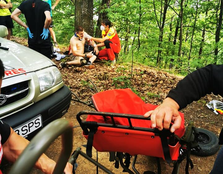 VIDEO | Salvamontiștii maramureșeni au salvat un biciclist căzut pe un traseu de mountain-bike