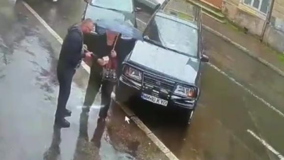 VIDEO   Au găsit niște bani, i-au luat și au plecat
