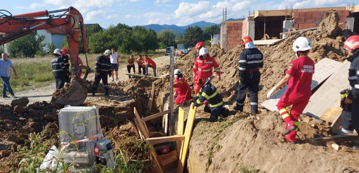 VIDEO | INTERVENȚIE DIFICILĂ: Bărbat surprins sub un mal de pământ pe strada Vrancei din Baia Mare