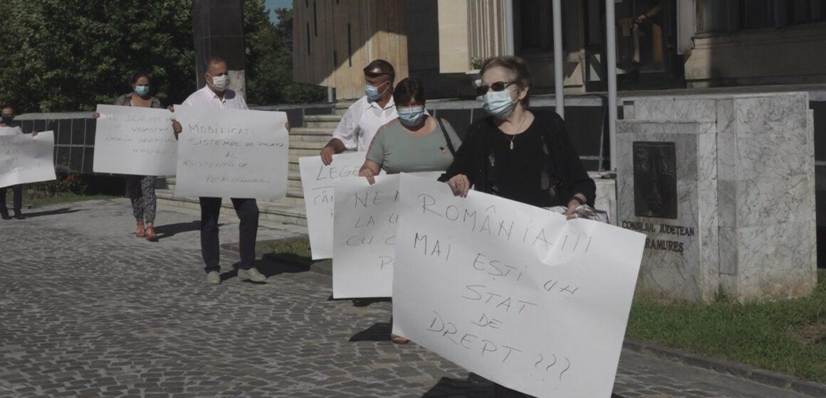 VIDEO   Nemulțumiți de neplata salariilor, asistenți personali, alături de lideri de sindicat și-au exprimat nemulțumirile în fața Palatului Administrativ din Baia Mare